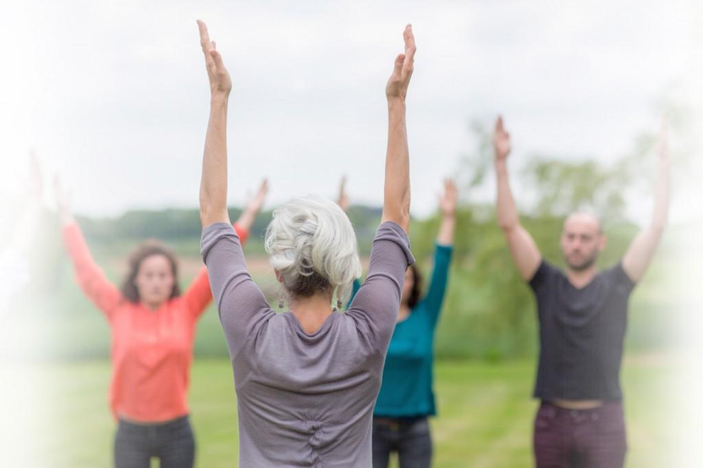 exercices de douces tensions et de relaxation pour percevoir les sensations du corps en conscience.